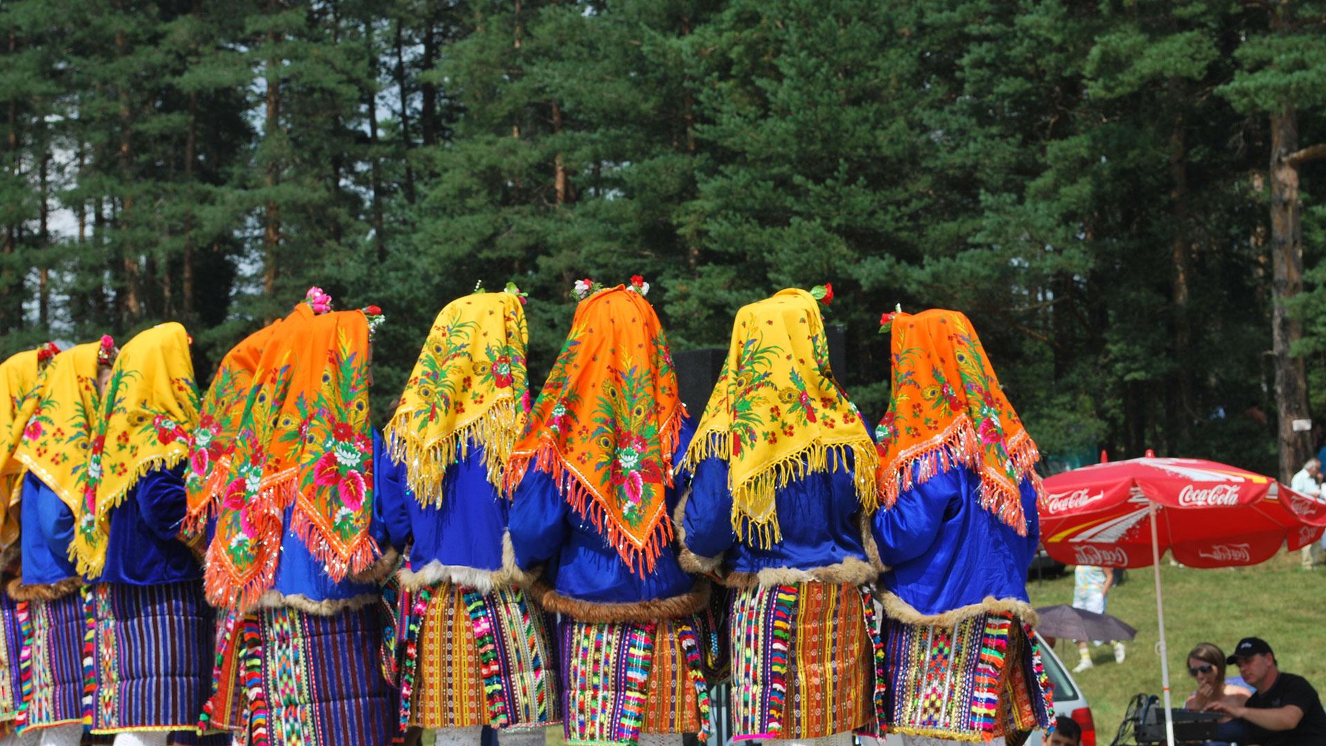 BG-Folklore-Costime
